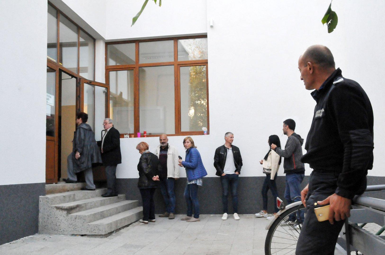 Опашка от желаещи за гласуват се изви пред СУ Любен Каравелов в Несебър. Снимки Лина Главинова
