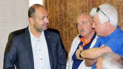 Георги Дракалиев (вляво) иска отговор преди сесията, на която ще бъде гласувана докладната за референдума. Снимка Архив Черноморие-бг