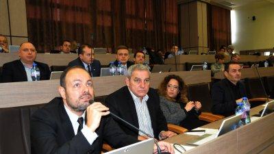Георги Дракалиев (на преден план) входира докладната за знамената. Снимки Лина Главинова