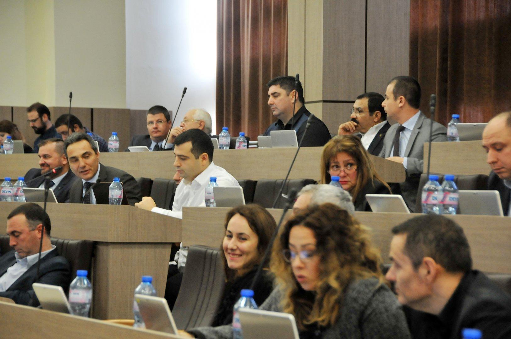 Съветниците от ГЕРБ настояват за устен отговор на поставените въпроси. Снимка Лина Главинова