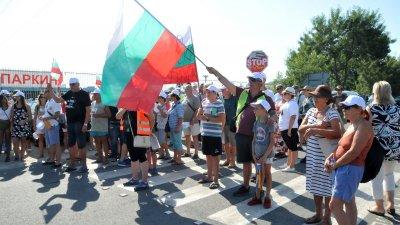 Повече от час и половина жители на Атия блокираха достъпа до селото. Снимки Лина Главинова