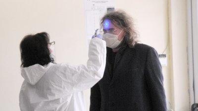 Температурата на съветниците бе измерена преди да влязат в залата. Снимки Черноморие-бг