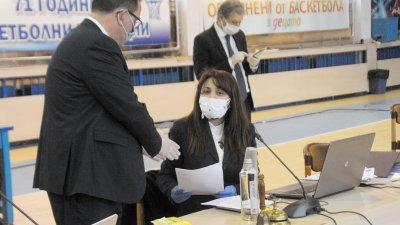 По предложение на Станимир Апостолов (вляво) за основна бе приеда докладната на ГЕРБ, понеже е входирана първа преди докладни на другите партии. Снимки Черноморие-бг