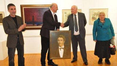 Руси Куртлаков подари портрет на Васил Левски на кмета на Поморие. Снимки Лина Главинова