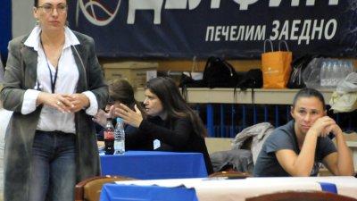 Елка Стоянова (вляво) - председател на ОИК ще връчи удостоверенията за избор на съветници и кмет. Снимка Лина Главинова