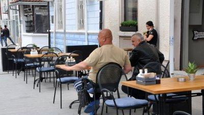 Заради почивния ден никой не проверяваше дали се спазват мерките, за да работят заведенията. Снимки Черноморие-бг