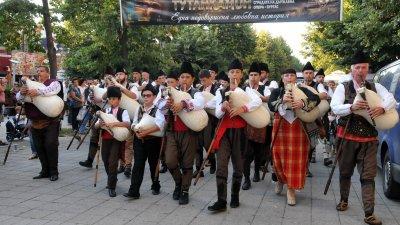 100 каба гайди оглаасиха с родоопската песен Бургас. Снимки Лина Главинова