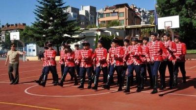 Майор Йорданов напътства училищния гвардейски отряд. Снимки Лина Главинова
