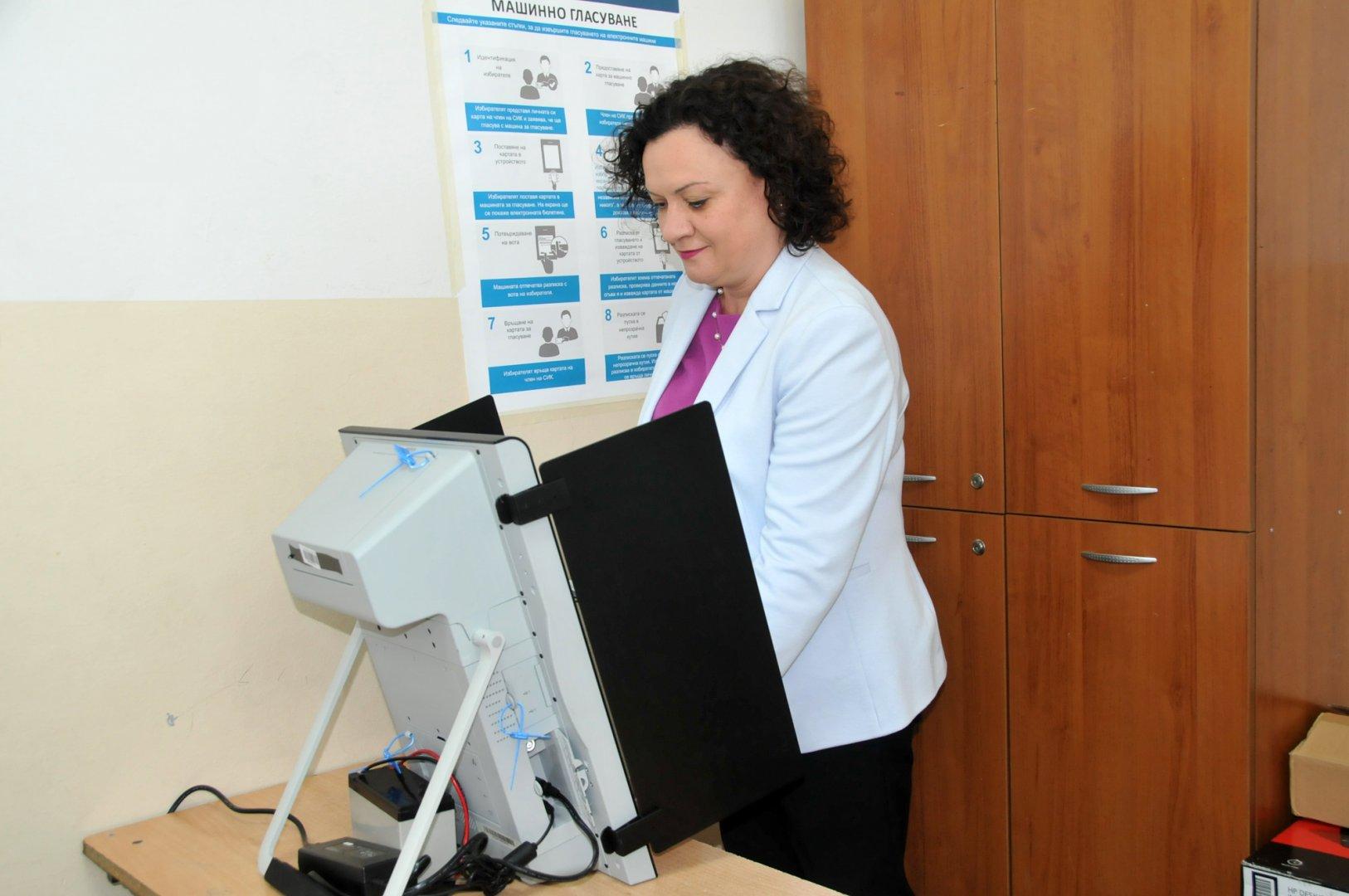 Ивелина Василева избра да гласува машинно. Снимки Лина Главинова