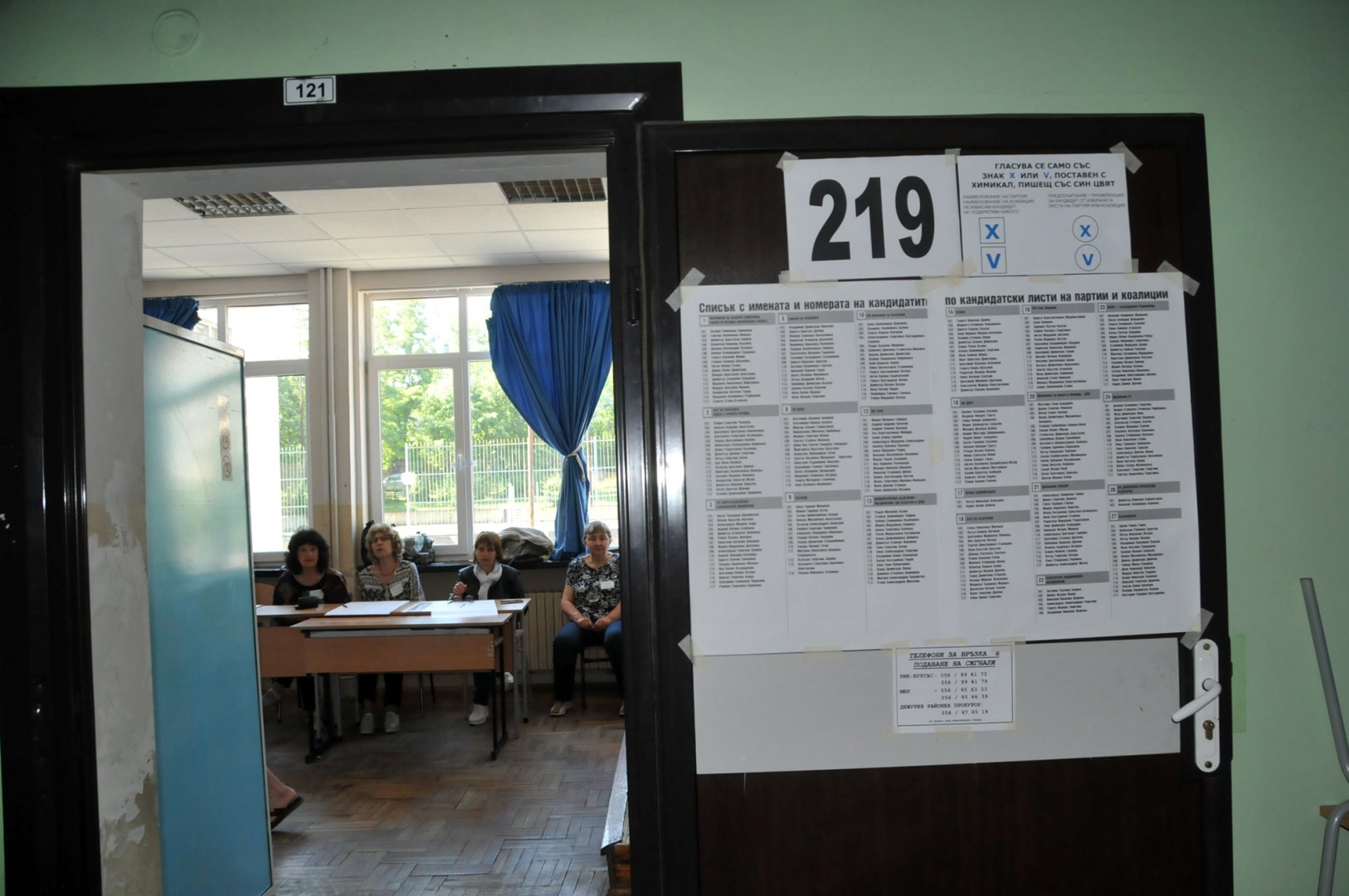 В Бургас до урните отидоха 53 196 избиратели. Снимки Лина Главинова