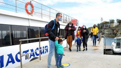 Първите за сезона туристи пристигнаха на Острова. Те плаваха на борда на катамаран Анастасия. За безопасността на всички се спазват строги противоепидемични мерки, а носенето на маски по време на пътуването е задължително. Снимки Черноморие-бг