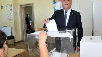 Валери Симеонов дойде до изборната си секция сам и в добро настроение. Снимка Лина Главинова