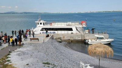 Общинският кораб Анастасия ще изпълнява редовните си курсове до Острова и обратно. Снимка Архив Черноморие-бг