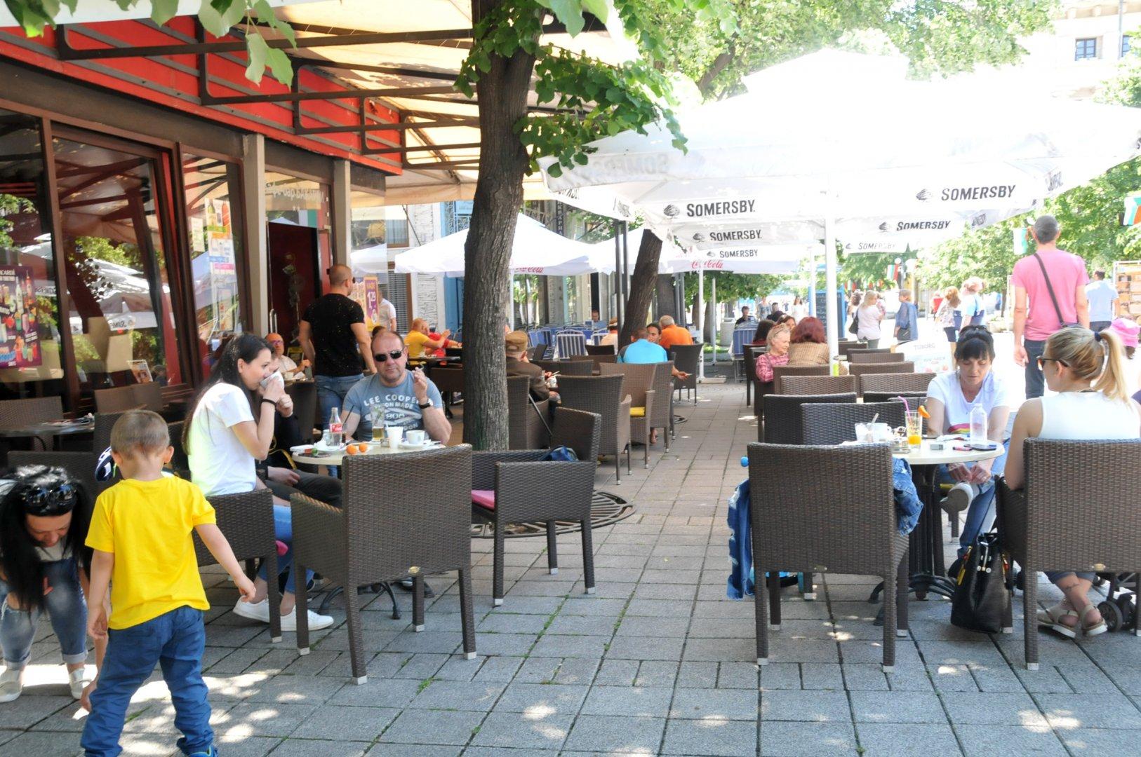 Към заведенията в Бургас има повече интерес в сравнение със секционните комисии. Снимки Лина Главинова
