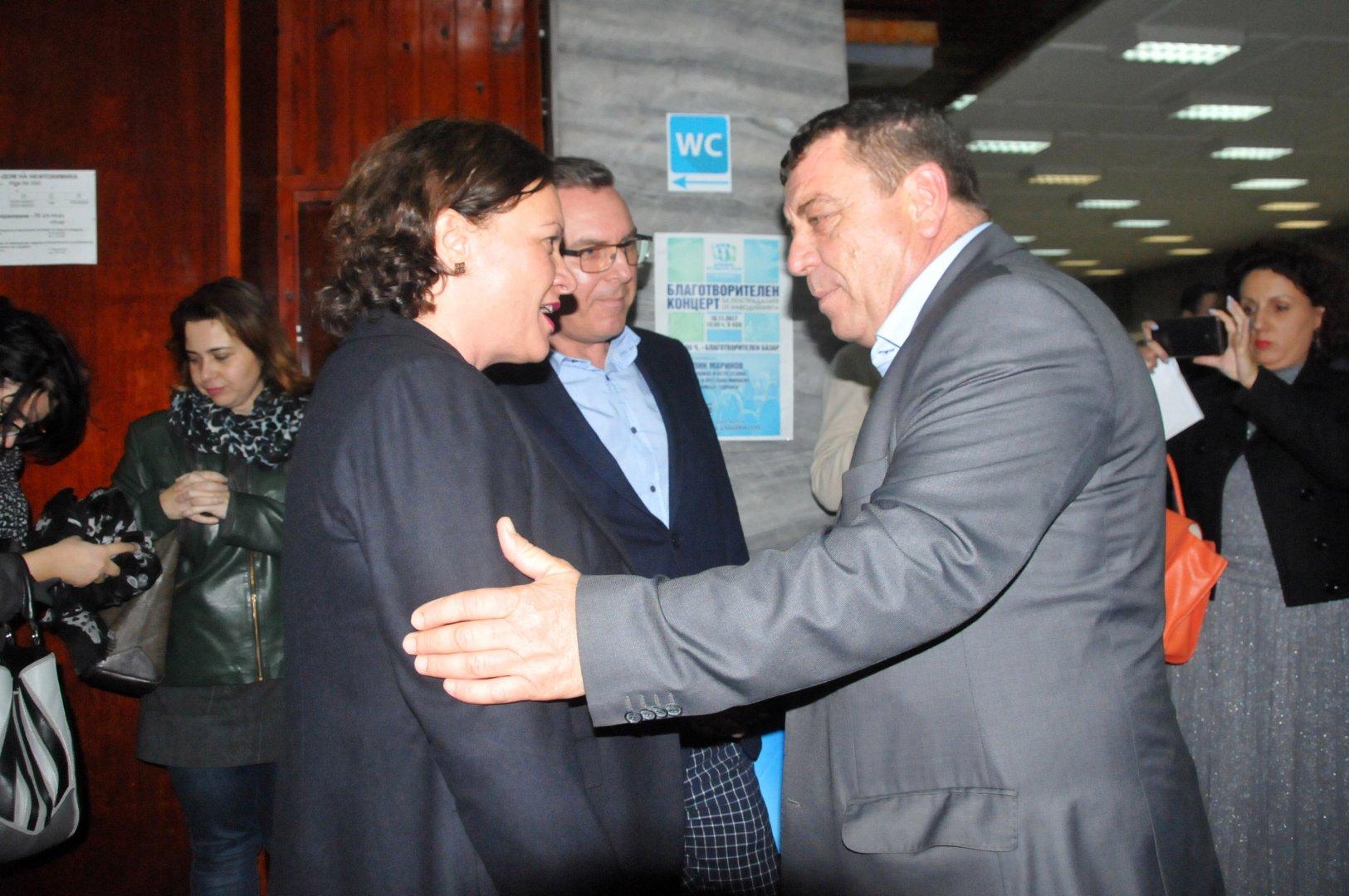 Кметът на община Камено Жельо Вардунски разговаря с депутатите от ГЕРБ Ивелина Василева и Димитър Бойчев преди концерта. Снимка Лина Главинова