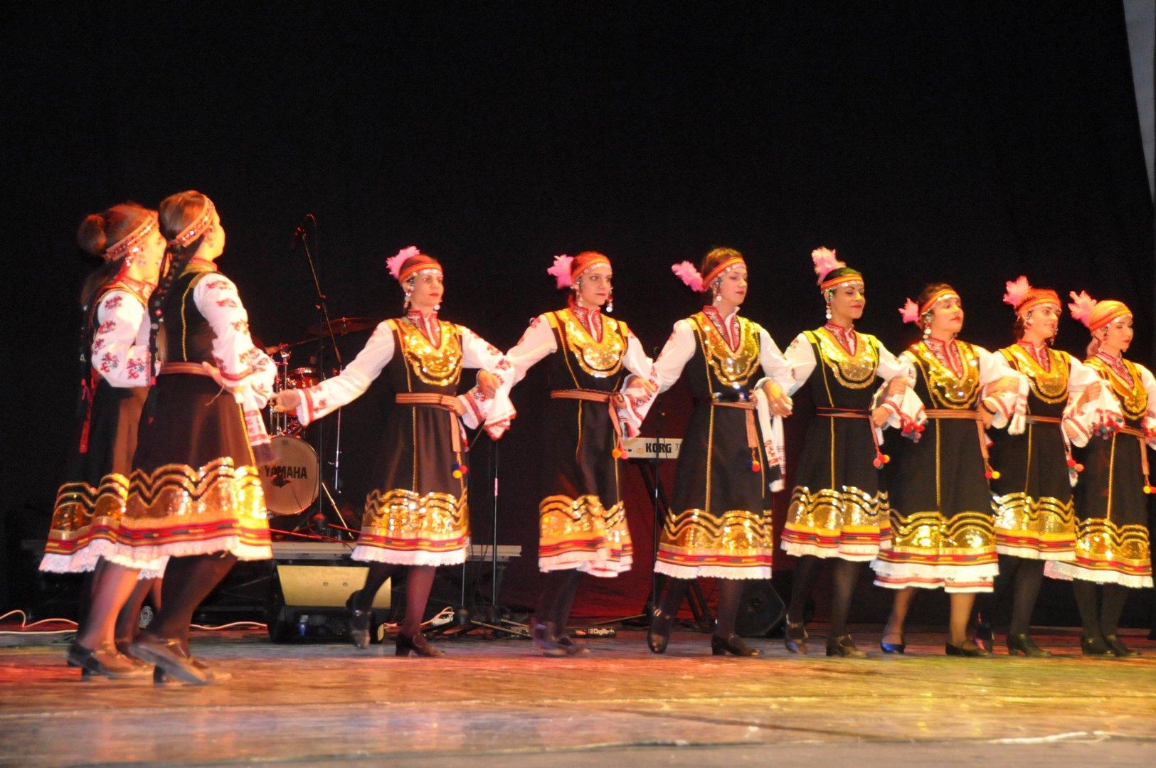 """С изпълнение на танцов ансамбъл """"Здравец"""" отКамено започна благотворителния концерт. Снимки Лина Главинова"""