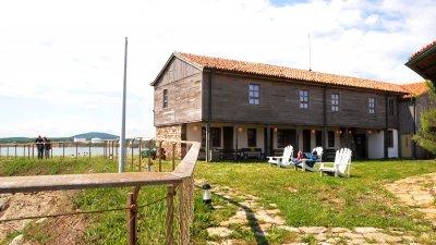 Хотелът на остров Света Анастасия е един от малкото, които работи при 100% си капацитет. Снимка Черноморие-бг