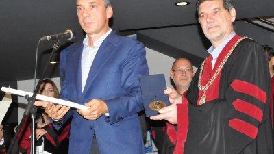 Кметът на Бургас Димитър Николов връчи паметна книга на ректора на НХА проф. Драчев. Снимки Лина Главинова