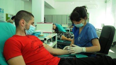 Дарителската акция събра абитуриенти от Механото в бургаската болница. Снимки Черноморие-бг