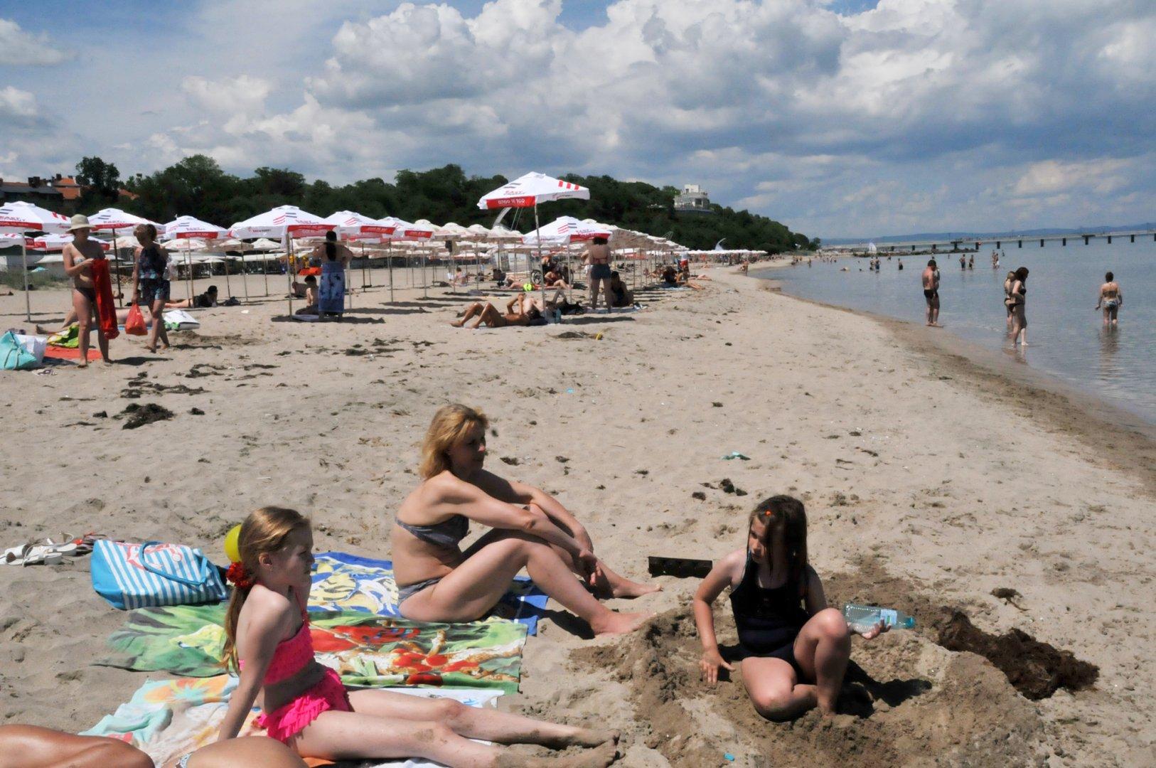 Плажът е предпочитан пред изборните секции в ранния следобед. Снимки Лина Главинова