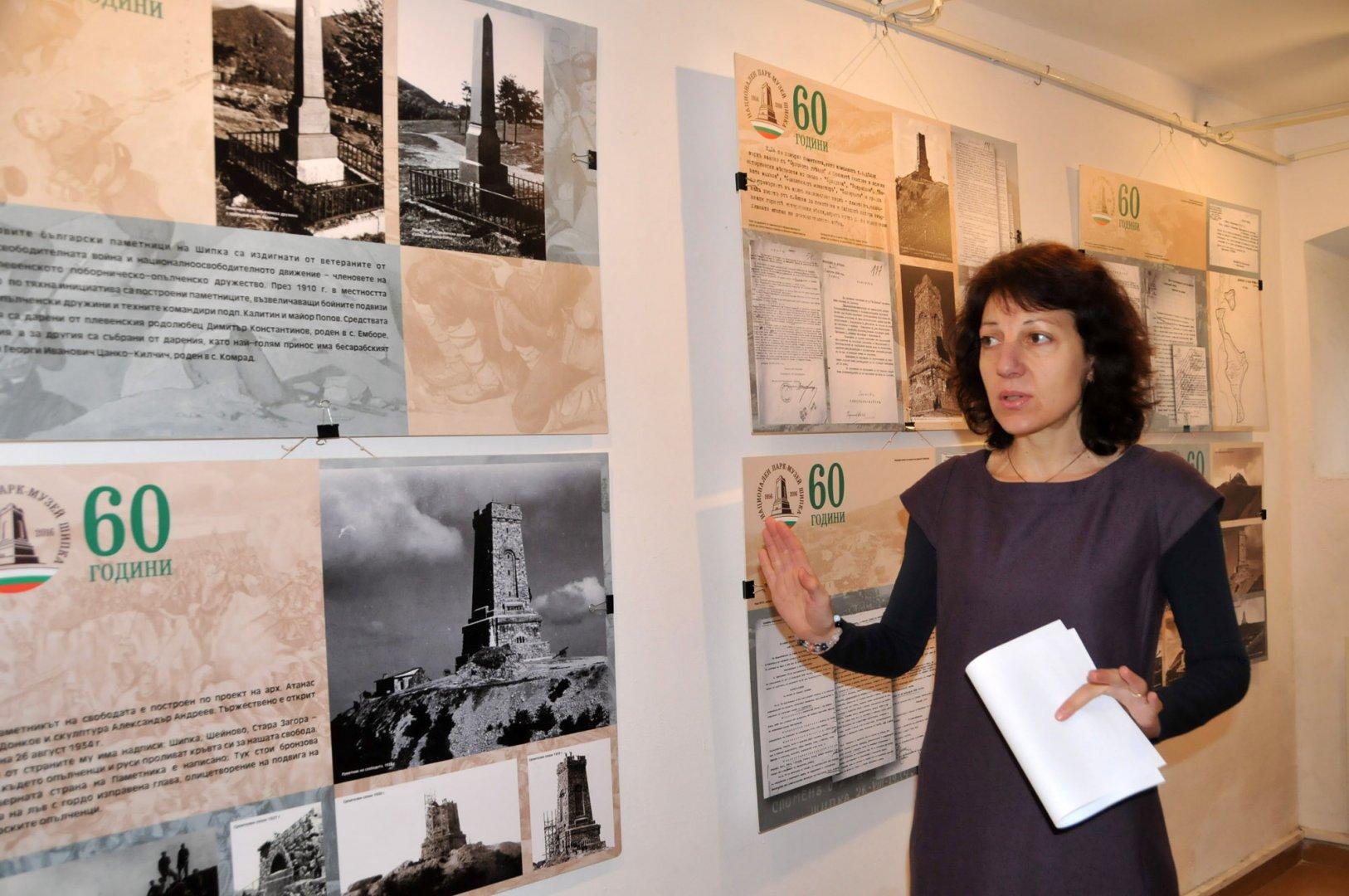 Иванка Делева -главен уредник в Историческата експозиция на РИМ - Бургас разказва за изложбата, която ще бъде открита утре. Снимки Лина Главинова