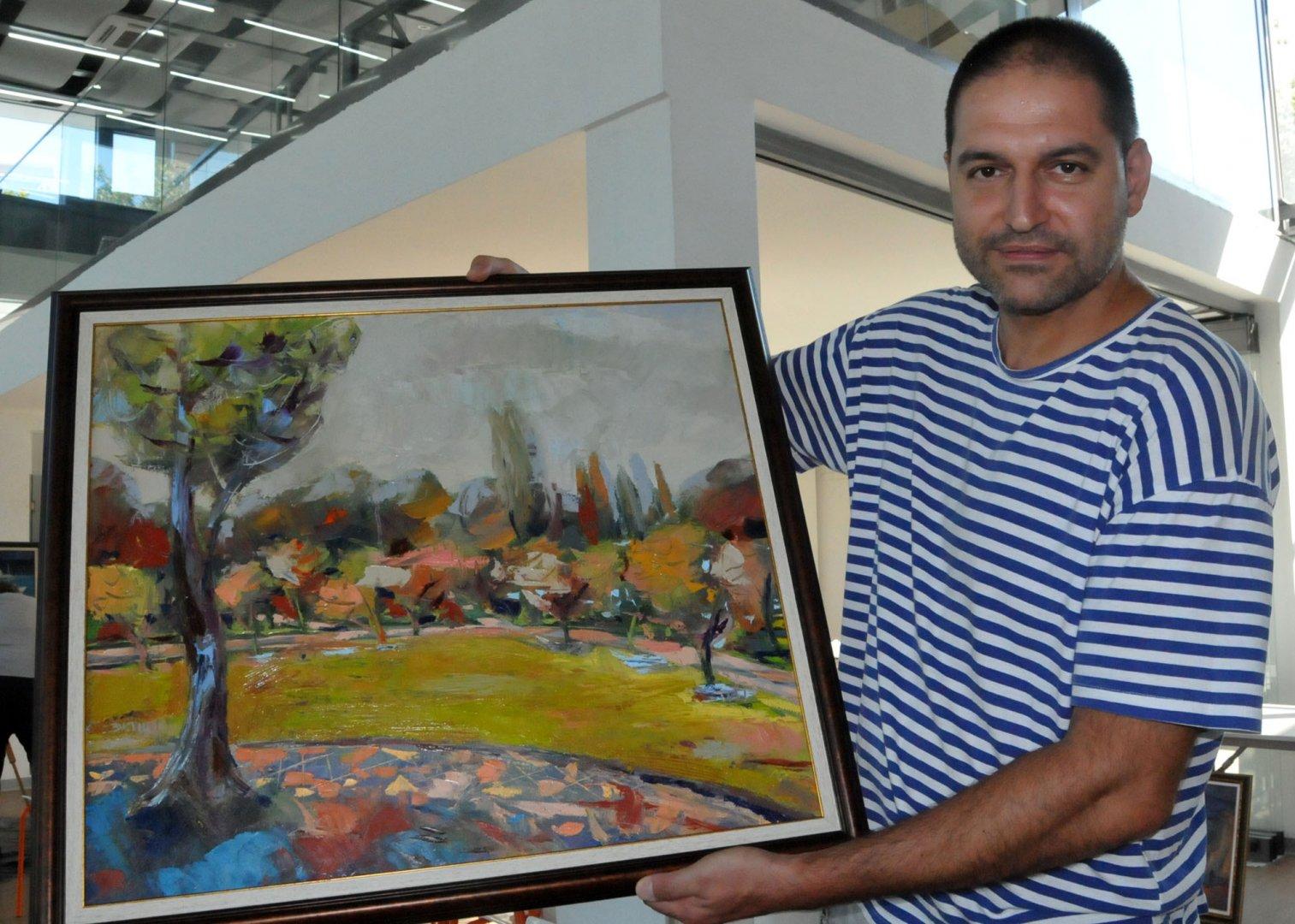 Добрин Вътев е един от младите художници на Бургас. Снимка Лина Главинова