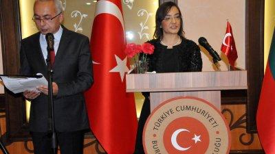 Генералният консул на република Турция в Бургас Селен Гюзел поздрави присъстващите на тържеството по случай 96 години от създаването на републиката. Снимки Лина Главинова
