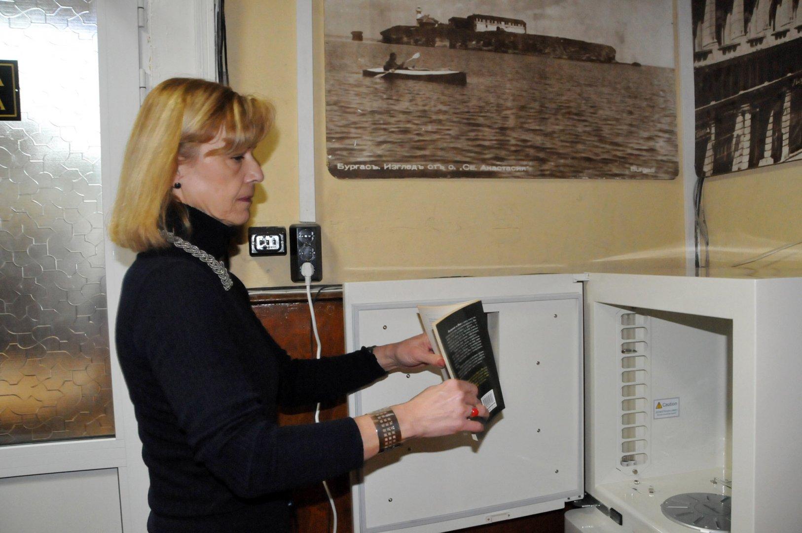 Директорът на библиотеката Мария Бенчева показа как работи машината. Снимки Лина Главина
