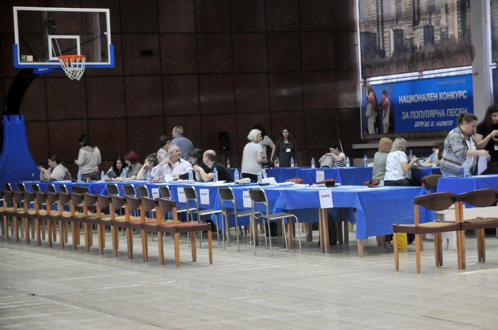 Резултатите са на база 100% обработени протоколи в РИК - Бургас. Снимка Лина Главинова