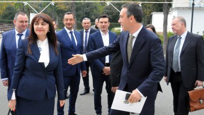 Общинските съветници от ГЕРБ изкачаха кмета и зам.-председател на партията Димитър Николов, за да влязат заедно в залата за тържествената сесия. Снимки Лина Главинова