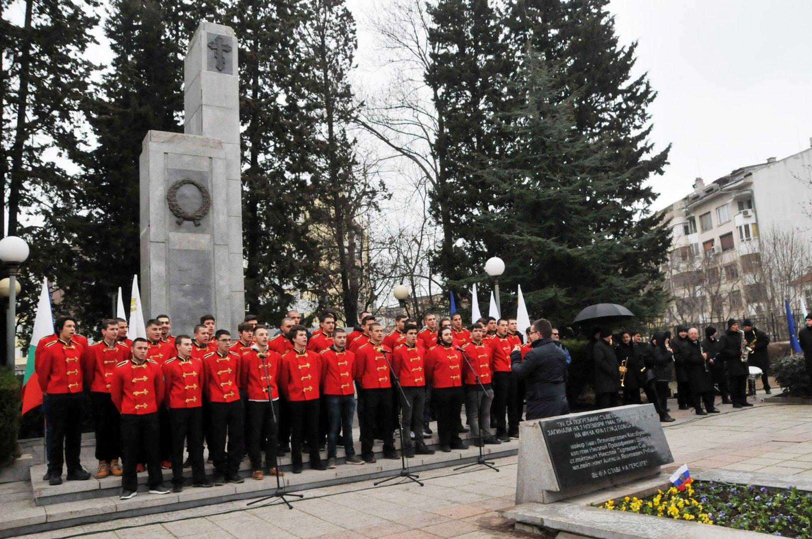 С патриотични песни, изпълнени от хора на ПГЕЕ Константин Фотинов, започна тържеството по случай 141 г. от освобождението на Бургас. Снимка Лина Главинова