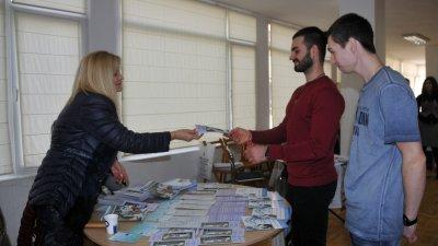 Бургаският университет презентира новите специалности на борсата. Снимки Лина Главинова