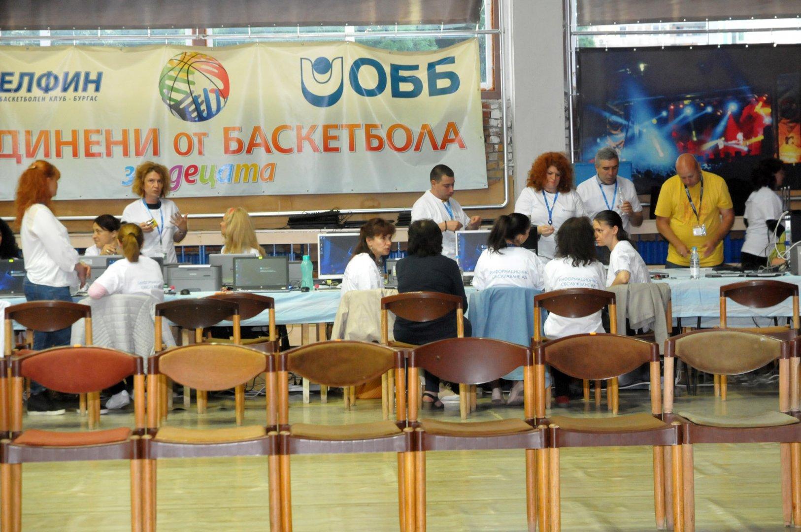 Изборните протоколи се обработваха в нощта на вота в зала Бойчо Брънзов. Снимка Лина Главинова