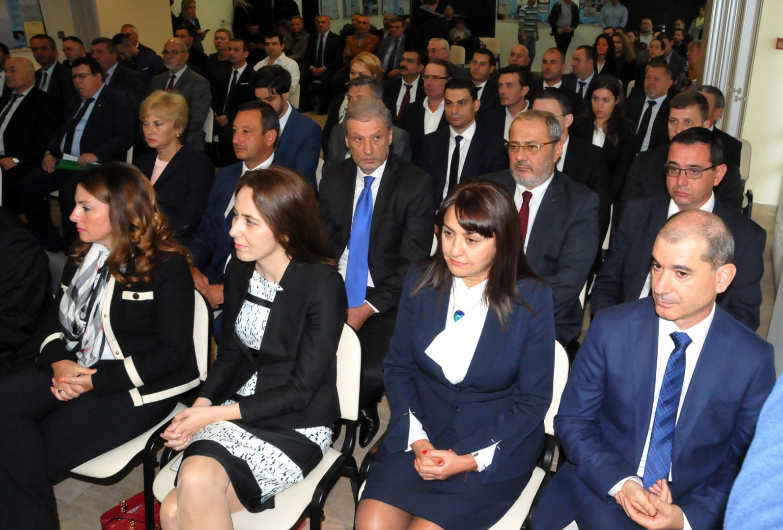 Евелина Михалева (първата отляво надясно), Калояна Живкова (до нея) и Тони Минасян са входирали докладната записка. Снимка Архив Черноморие-бг