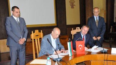 Договорът за сътрудничество бе подписан в залата на Областна управа. Снимки Лина Главинова