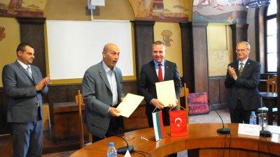 Жорж Делериев (вторият отляво надясно) и Сонер Ълък (до него) подписаха ново споразумение за партньорство. Снимка Лина Главинова
