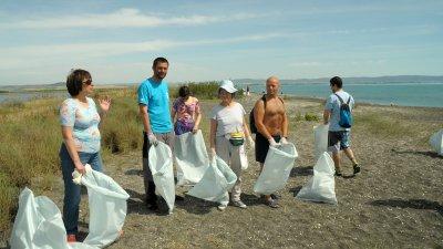 Застъпници на плажовете използваха двата почивни дни в началото на юни, за да почистят най-дългата плажна ивица по Южното Черноморие Ивицата, която е част от защитена местност Поморийско езеро. Инициативата е по проект Плажоводител и е подкрепена от Сдружение Граждани за Поморие, групата за гражданско съмишленичество АЗЗА и Община Поморие. В мащабното почистване на 6 - километровата пясъчна ивица се включиха и руски и украински граждани. Снимки Черноморие-бг