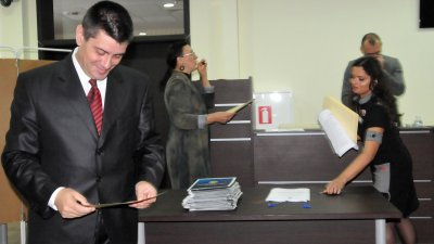 Владимир Павлов с усмивка чете документа си за избор за съветник. Снимка Лина Главинова