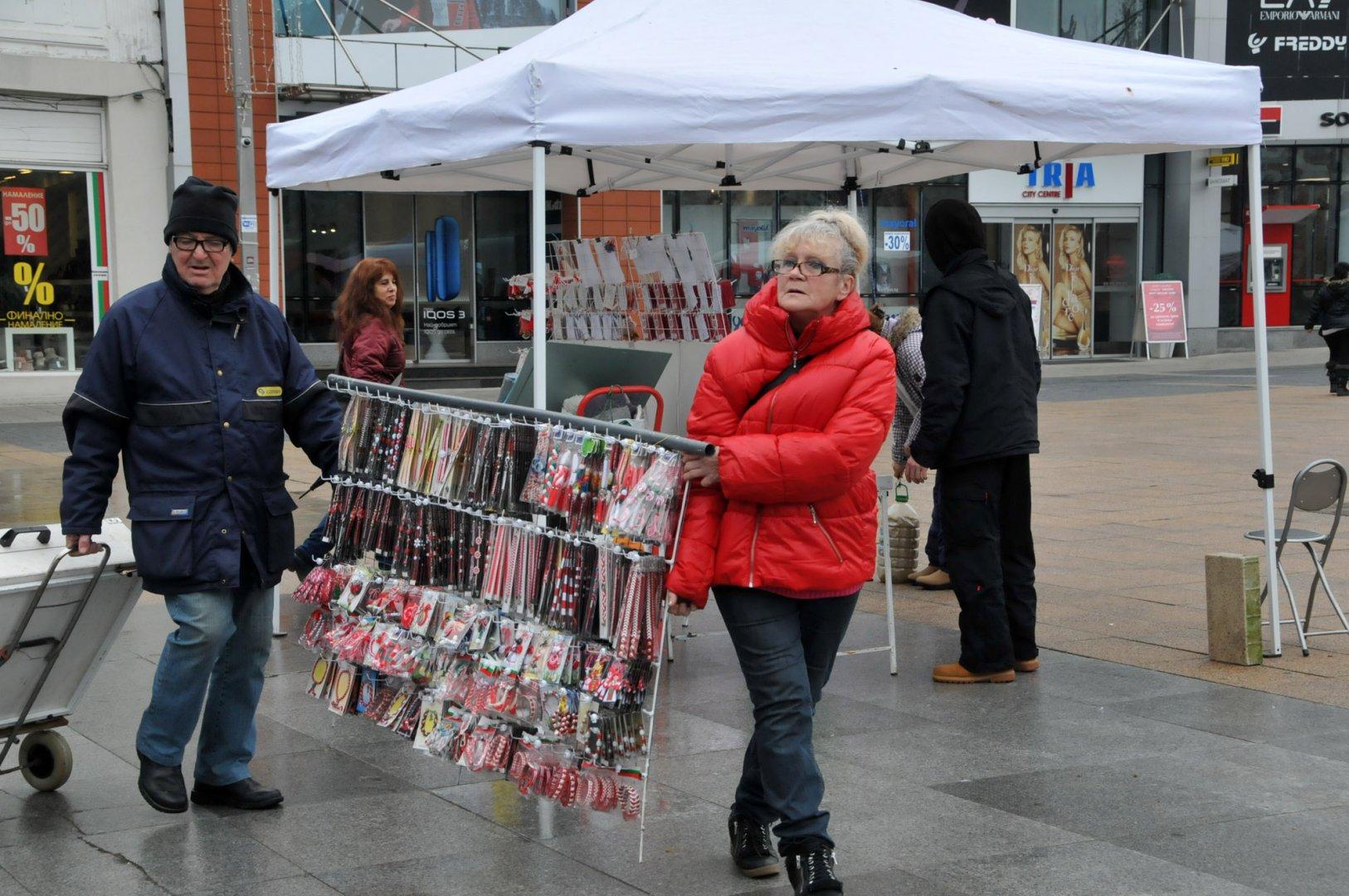Търговци зареждат сергиите си на площад Тройката с мартеници. Снимка Лина Главинова