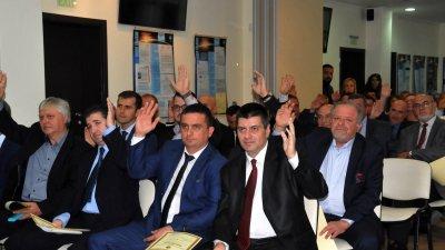 На финала съветниците се обединиха около предложението на съветника от БСП Йордан Георгиев (вдясно на втория ред). Снимки Лина Главинова