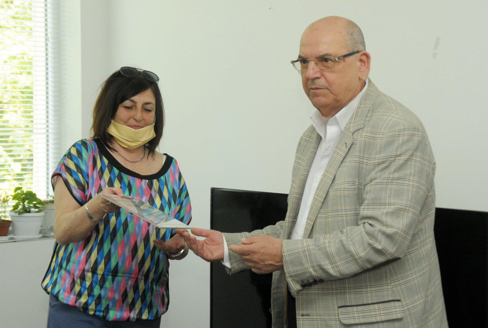 Директорът на ПГМЕЕ - Бургас Роза Желева получи грамота от името на гимназията. Снимки Черноморие-бг