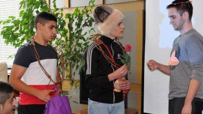 Ученици от ПГЕЕ Константин Фотинов пресъздадоха обичая Трифон Зарезан. Снимки: Лина Главинова