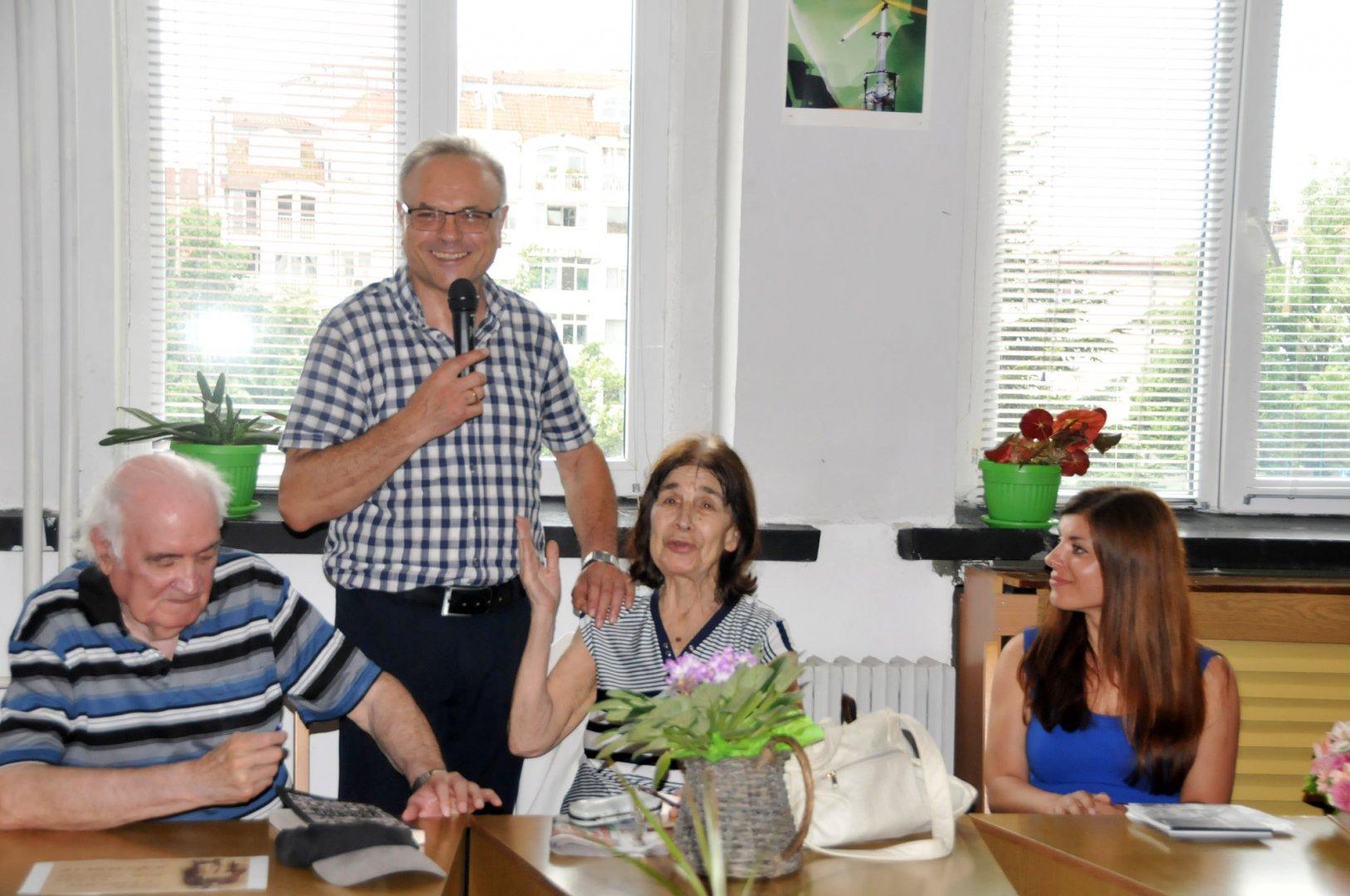 Коста Папазов представи гостите пред възпитаниците на гимназията. Снимки Лина Главинова