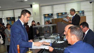 Стоян Коларов (вляво) е съветникът, който влезе на мястото на Николай Тишев. Снимки Лина Главинова