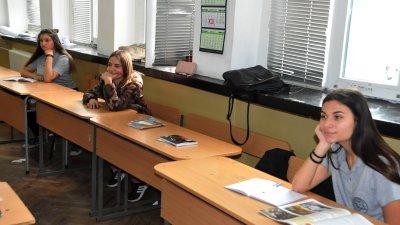 Учениците от среден курс се върнаха на училище. Снимка Архив Черноморие-бг