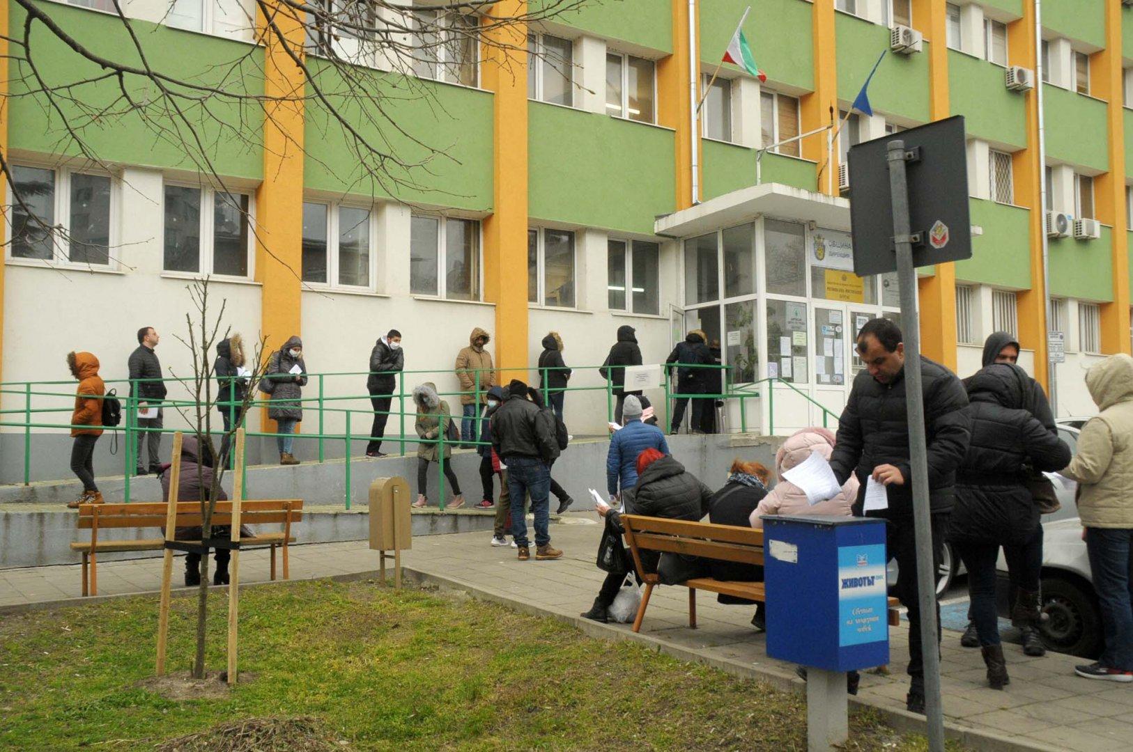 Опашки се вият в делничните дни пред Бюрото по труда в Бургас. Снимка Черноморие-бг