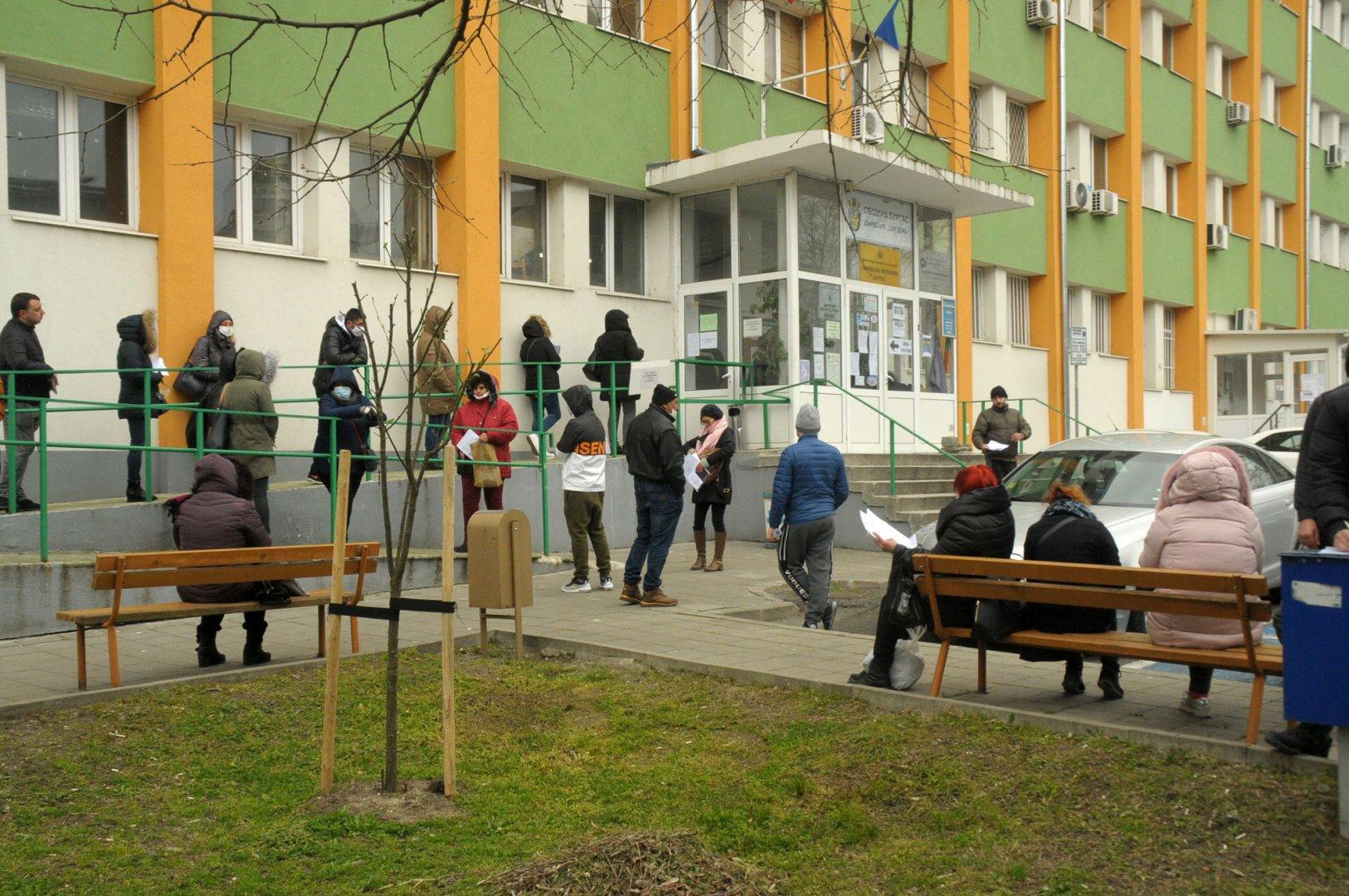 Въпреки призива на Регионалната служба по заетост да се използват електронните услуги, опашки от безработни се извиват ежедневно пред агенцията в Бургас. От началото на въвеждането на извънредното положение заради COVID-19, броят на безработните непрекъснато расте. Снимки Черноморие-бг