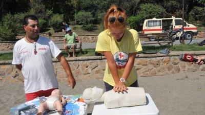 Представители на БЧК направиха показно как се спасява удавник. Снимка Лина Главинова
