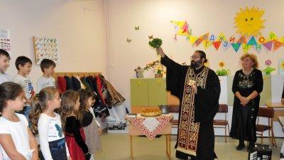 Отец Севастиан извърши водосвета за здраве. Снимки Лина Главинова
