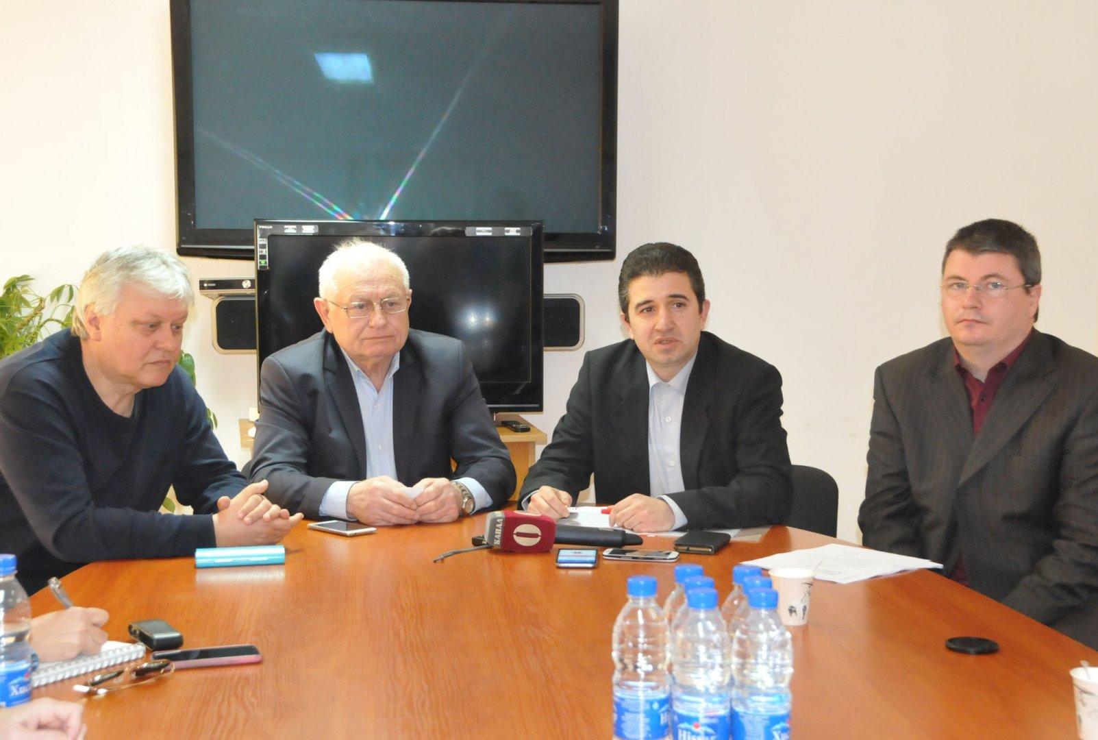 Радослав Петков (вдясно) с колегите си от листата на БСП и общинския председател Живко Господинов (до него). Снимка Архив Черноморие-бг
